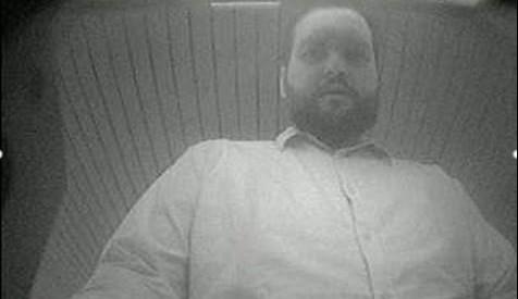 Říká si Anton Lukashyn, vystupuje však s falešnými doklady. Policie pátrá po cizinci i jeho totožnosti