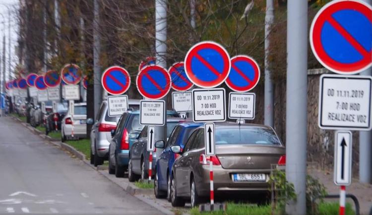 Brněnská ulice Úvoz baví uživatele internetu po celé Evropě
