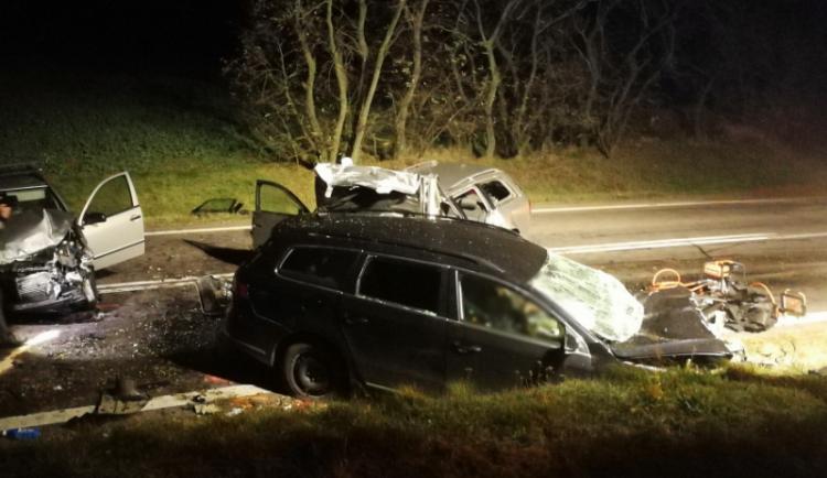 Po čelní srážce dvou auta zemřeli na Znojemsku čtyři lidé, dítě převezli ve vážném stavu do nemocnice