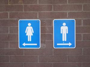 Muž v baru prokopl dveře od toalety, po zjištění škody je chtěl poničit ještě víc