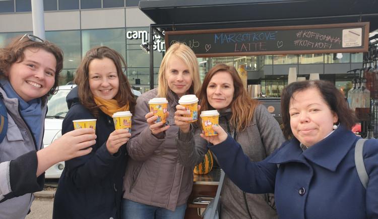 Káva v barevném kelímku v Brně pomáhá nevidomým
