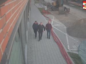 VIDEO: Útočníci zmlátili na Zvonařce stánkaře a hrozili mu podříznutím. Policisté hledají tři muže