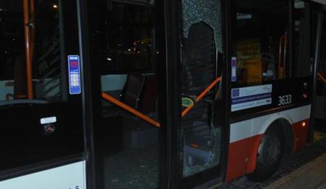 Opilý muž v Brně prokopl dveře trolejbusu. Řidič ho pohotově zadržel