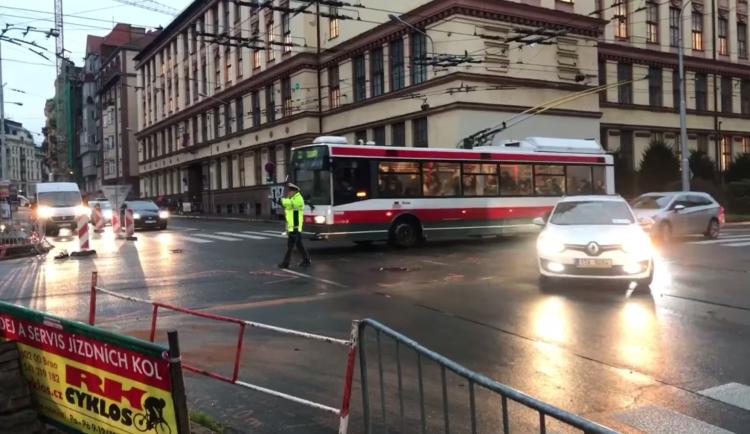 Vypnuté semafory na křižovatce v Brně zmátly řidiče, v neděli došlo k pěti nehodám