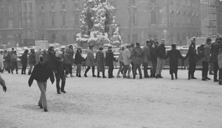 Lidé v Brně ve středu utvoří řetěz rukou, připomenou tak rok 1989