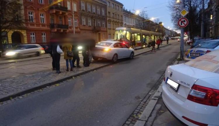 FOTO: Opilý řidič najel v Brně na zastávku plnou lidí