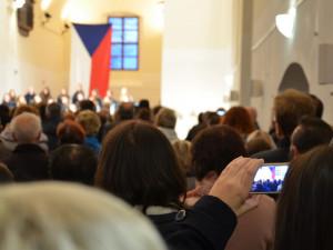 OBRAZEM: Sborový zpěv, kritika premiéra Babiše. Lidé ve Vyškově slavili výročí sametové revoluce