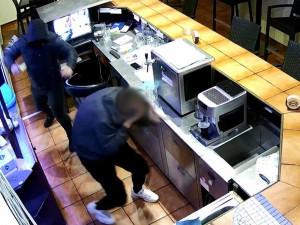 Policie pátrá po maskovaném lupiči. S nožem v ruce napadl číšníka a z brněnského baru ukradl desítky tisíc