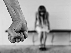 Agresivní manžel dlouhodobě týral svou ženu a děti, mlátil je až do krve pěstmi