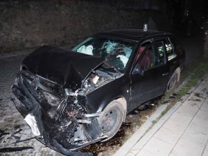 Mladý cizinec v kradené Octavii naboural BMW  i cizí dům. Nadýchal půl druhé promile