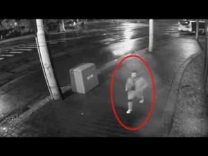 VIDEO: Noční přepadení v Brně. Útočník si vyhlédl mladou dívku, zezadu ji napadl a pak okradl
