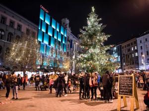 FOTO/VIDEO: Svoboďák dnes prozářil vánoční strom. Rozsvícení stromu zahájilo vánoční trhy i ve středobodu města