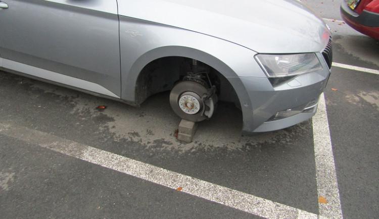 FOTO: Zloděj v Brně kradl novým škodovkám litá kola