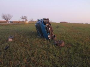 FOTO: Řidič měl na svém bavoráku letní gumy. Z otáčky vyletěl rovnou do pole