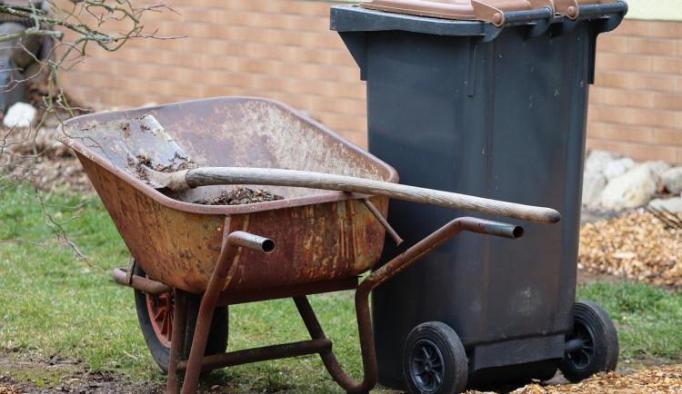 Zloděj ukradl horská kola a zahradnické vybavení. Svůj lup pravděpodobně odvezl v popelnici