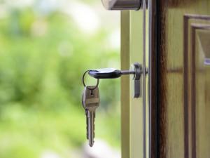 Majitel domu zapomněl klíče v zámku. Kolemjdoucí ho okradl o více než padesát tisíc korun