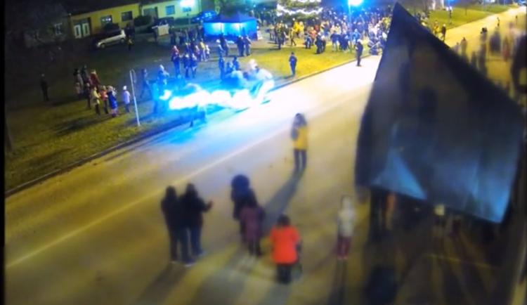 VIDEO: Na vánočních trzích se splašili koně se saněmi a srazili telefonující dívku