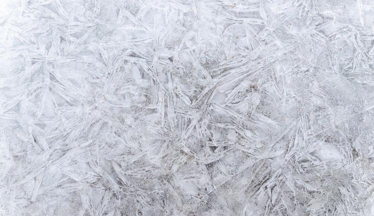 POČASÍ NA SOBOTU: Ráno se budou tvořit ledovky, odpoledne příjemnějších devět stupňů