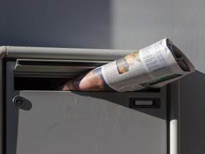 Strážníci řešili spor dvou seniorek. Jedna má exkrementy ve schránce, druhá odpadky před dveřmi