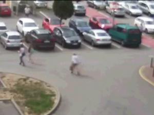 VIDEO: Důchodkyně z Brna objížděla několik měsíců auta klíčem. Vadilo jí, že jich je hodně