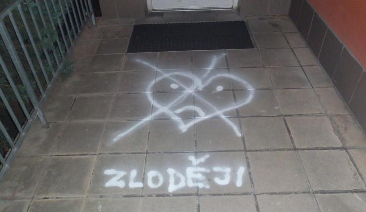 FOTO: Zloději. Před budovu v Brně někdo nasprejoval škrtnuté smutné srdíčko