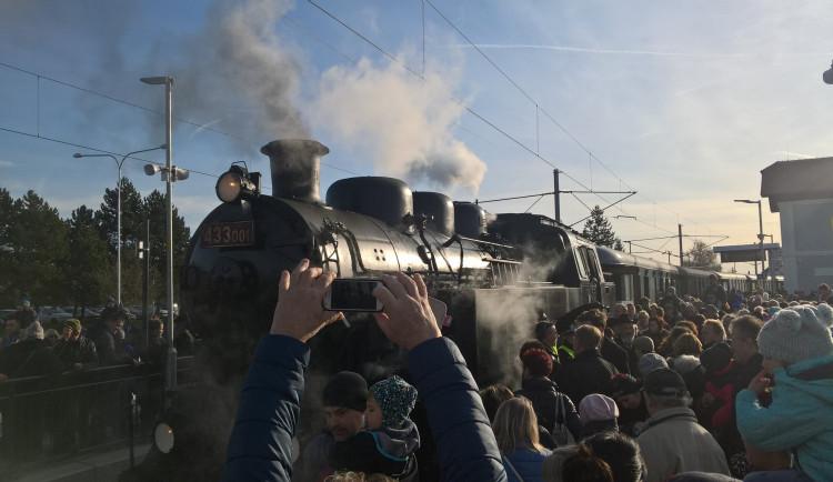 FOTO: Do Židlochovic přijela po dlouhých 40 letech po obnovené trati první lokomotiva