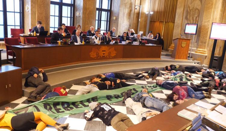 Na brněnském magistrátu dnes symbolicky zemřeli lidé. Hnutí Extinction Rebellion upozorňuje na klimatickou krizi