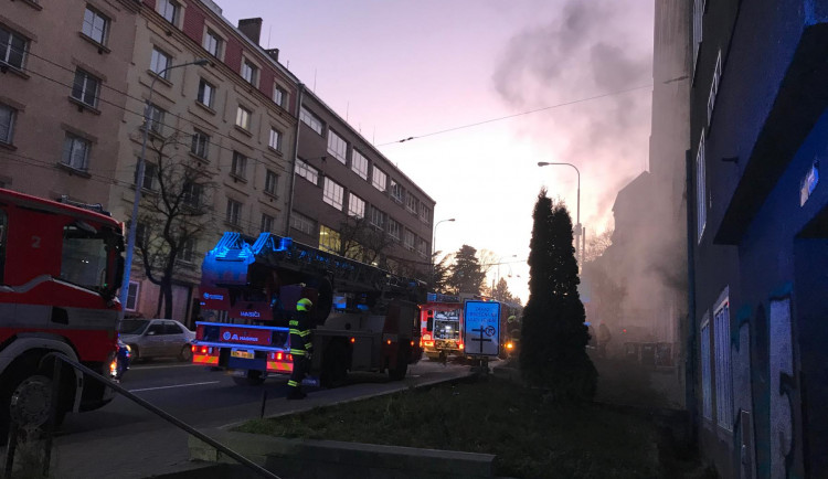 AKTUÁLNĚ: Obyvatele na Kotlářské ulici vyděsil kouř z bytu. Hasiči se postarali o hořící postel