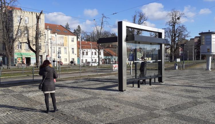 Brno má dvě zastávky MHD s přístřešky se zelenými střechami