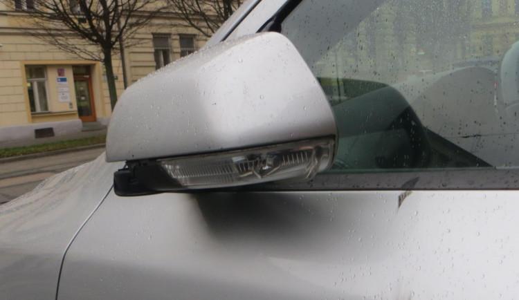 Řidič chtěl na zastávce zleva objet šalinu, naštvaný chodec mu ukopl zrcátko