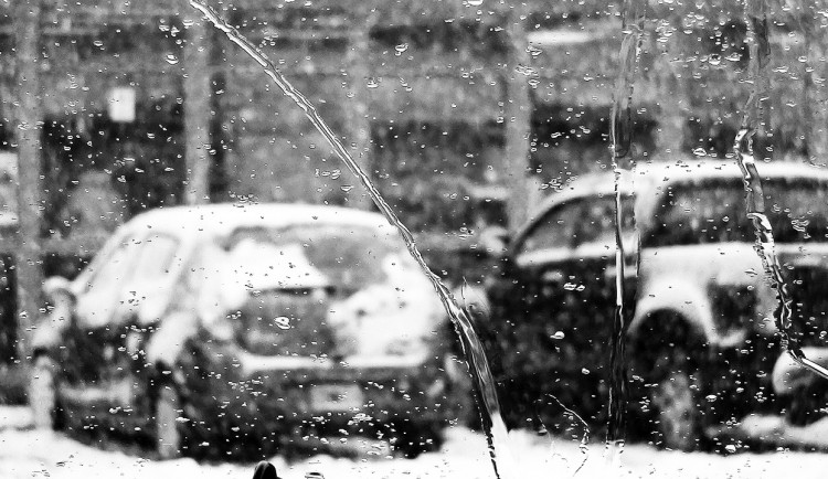 POČASÍ NA SOBOTU: Déšť, sníh, mlhy i vítr. Sobotní počasí láká zůstat v teple domova