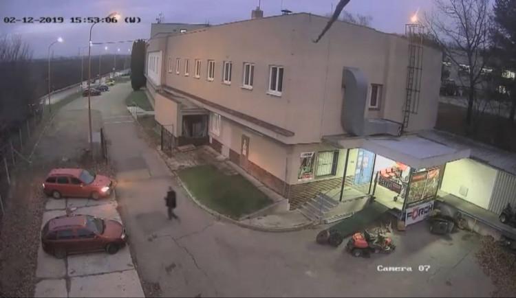 VIDEO: Muž ze zahradního traktoru u prodejny ukradl motor, převodovku i kola