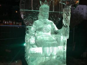 FOTO: Na Moraváku sedí vládce Inků. Vánoční trhy v Brně nově zdobí velká ledová socha indiánského panovníka