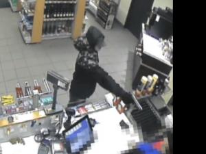 VIDEO: Mladý lupič přepadl benzínku na Vyškovsku. Pumpařce namířil zbraň z blízka do obličeje