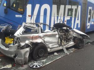 FOTO: Na Konečného náměstí v Brně se srazil osobák a dvě šaliny, hasiči museli řidiče vyprošťovat