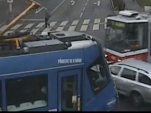 VIDEO: Řidič vlétl na Konečňáku přímo mezi dvě šaliny. Záznam ukazuje pondělní nehodu