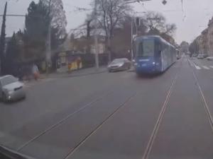 VIDEO: Řidič Octavie vlétl na Konečňáku do šalin na červenou, na přechodu se vyhnul chodcům