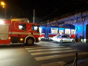 FOTO: Řidič Peugeotu se pod viaduktem u Hlavního nádraží vydal do cesty pro tramvaje. Šalina auto promáčkla