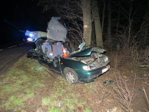 Nedbal značky se sedmdesátkou a vyletěl ze silnice. Dvacetiletý řidič skončil po nárazu do stromu v nemocnici