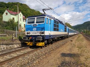 Do druhé odpolední mezi Brnem a Vyškovem nebudou jezdit vlaky. Auto strhlo trakční vedení