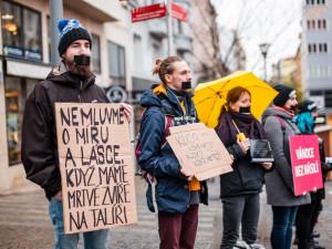 FOTO: Tichá ulička za kapry. Desítky lidí v Brně protestovaly tichou pietou proti násilí o Vánocích