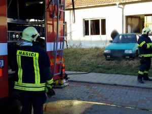 Pět hasičských aut vyjíždělo k požáru na Břeclavsku. Uvnitř domu našli mrtvého muže