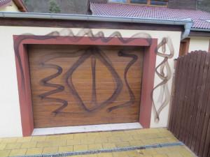 Neznámý vandal pomaloval rodinný dům vulgárními obrazci, škoda jde do desítek tisíc