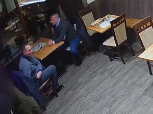 VIDEO: Dva muži okradli v brněnské restauraci nicnetušícího hosta. Poznáte je?