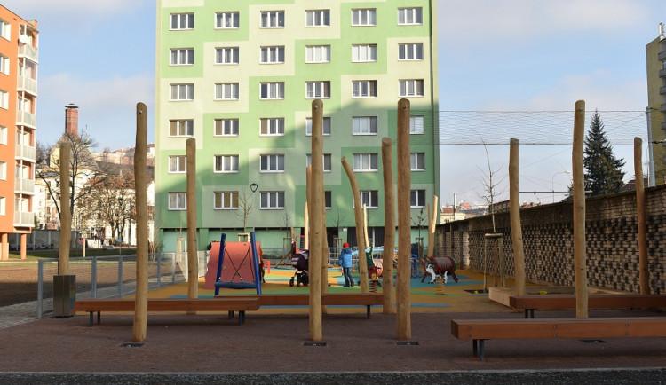 Děti z Mendlova náměstí si můžou zahrát basketball přímo před domem. Hřiště mezi Veletržní a Výstavní prošlo rekonstrukcí