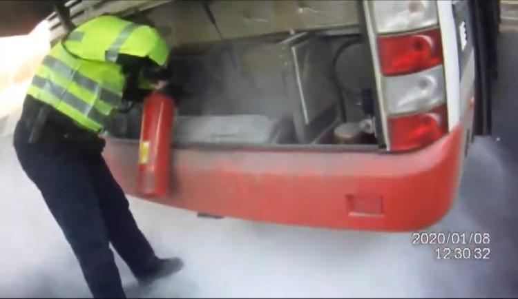 VIDEO: Strážníci postřehli kouř z motoru a pohotově začali hasit hořící autobus