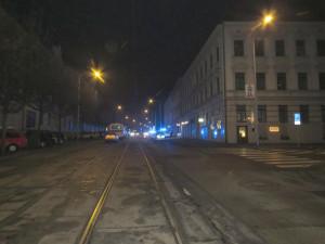 V centru Brna se srazil osobák s autobusem MHD. Policisté hledají svědky