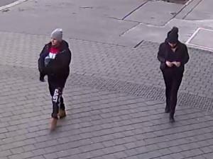 VIDEO: Studentovi vyhrožoval smrtí, aby z něj dostal peníze. Policisté pátrají po dvojici svědků