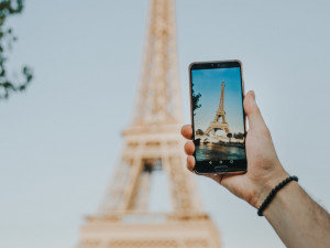 Žena ztratila telefon na diskotéce. O pár měsíců později si na její účet někdo užíval dovolenou v Paříži