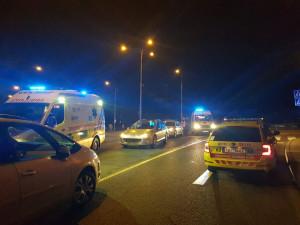 Auto srazilo dvě mladé ženy, obě skončily v nemocnici. Záchranáři nabádají řidiče i chodce k opatrnosti